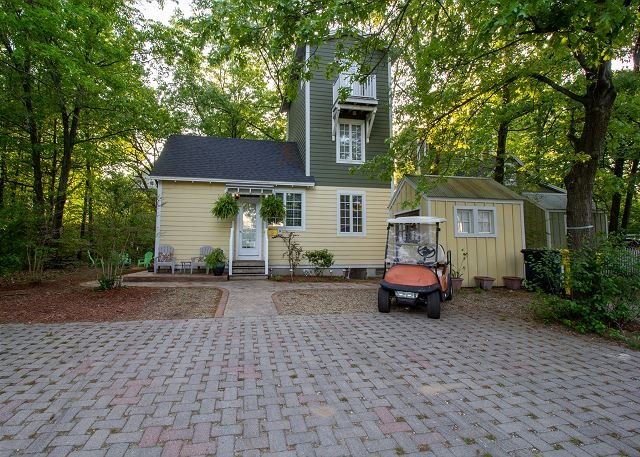 Charming Kid Friendly Cottage by Park in Beachwalk + Complementary Golf Cart, holiday rental in Long Beach