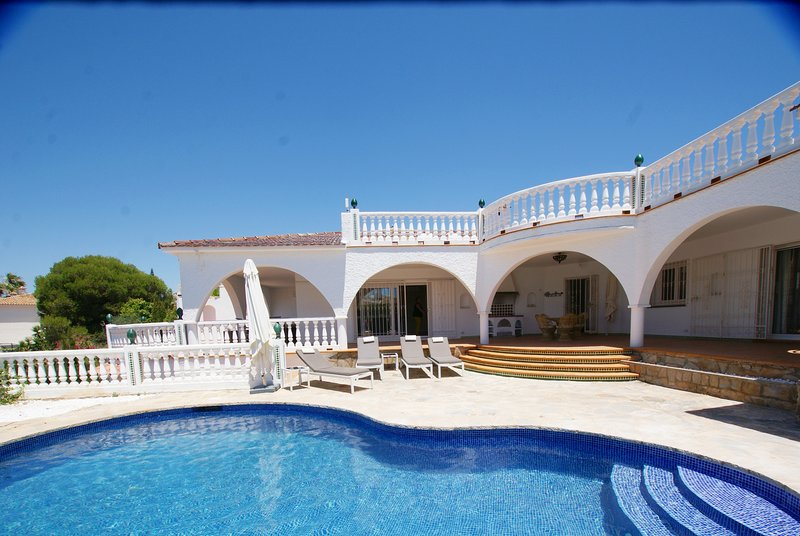 4 BED 3 BATH VILLA WITH PRIVATE POOL & ROOF TOP TERRACE WITH PANORAMIC VIEWS, alquiler vacacional en Marbella