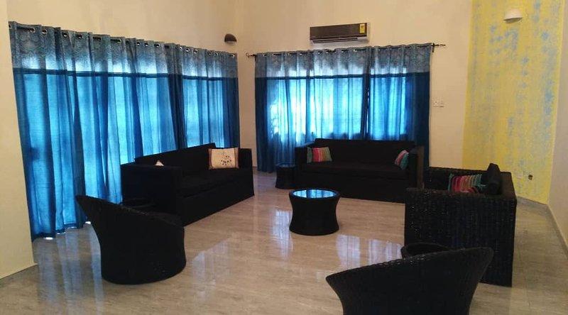 Bien amplia sala de estar con cómodos sillones de caña con capacidad para un máximo de 10 personas