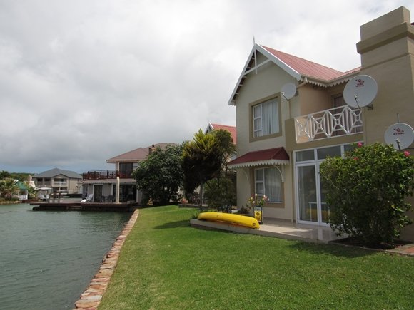 Living on the waters's edge enjoying boats going by while you enjoy sundowners, holiday rental in Saint Francis Bay