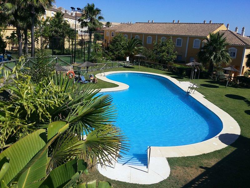 Islantilla. Casa con amplia piscina, pádel, garaje, aluguéis de temporada em Cartaya
