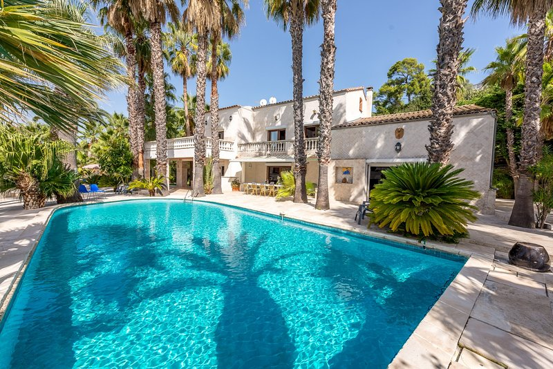 33550 villa up to 10 people, garden with 200 palm trees, pool of 12 x 6 mtr., location de vacances à Biot
