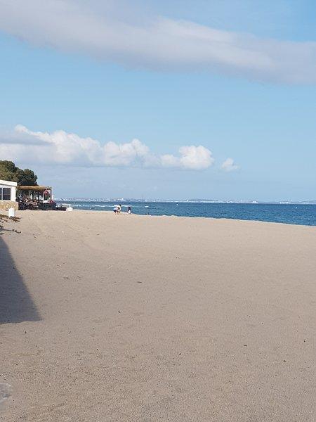 La casa está a 20 metros de una playa ancha con arena fina. Llegada recta sin bajadas