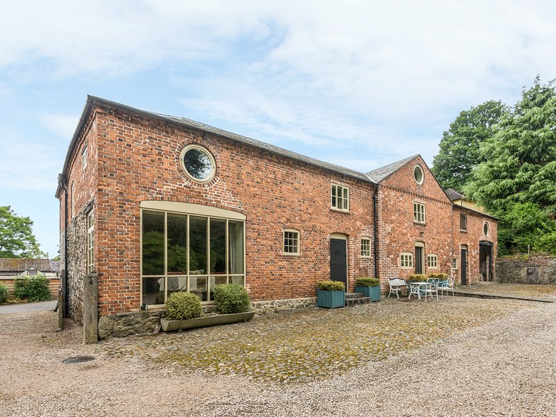 THE COACH HOUSE, WiFi, woodburner, BBQ hut, wood-fired hot tub and sauna, near, holiday rental in Pant