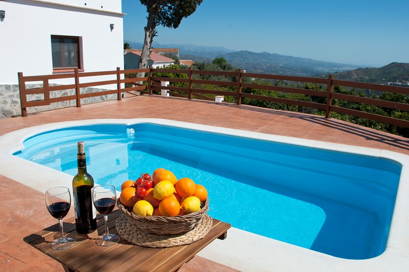 Stunning villa, gardens, wifi, pool, BBQ, amazing views., holiday rental in Comares
