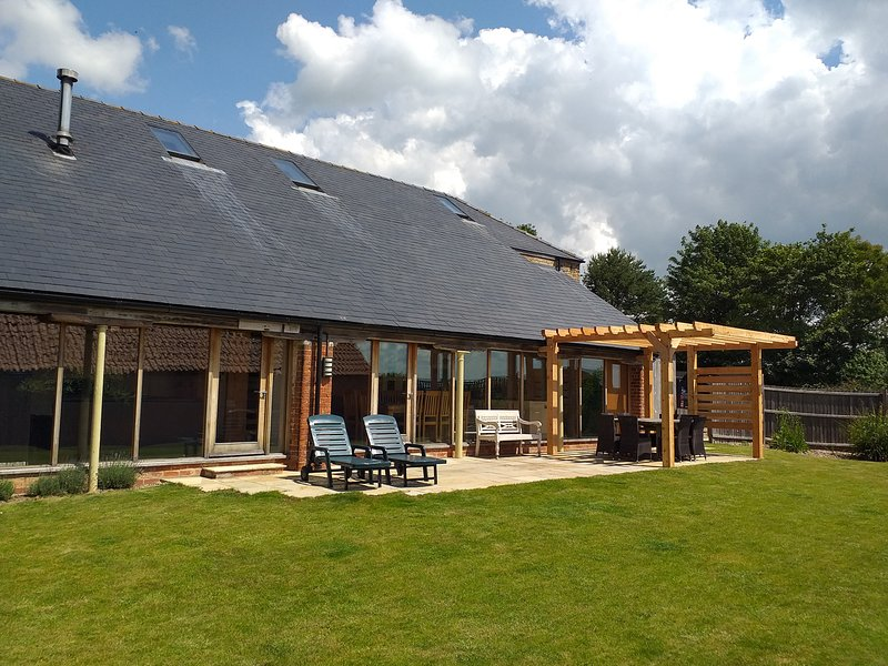 RANBY HILL BARN, luxury barn conversion, en-suite bedrooms, hot tub, games, vacation rental in Minting