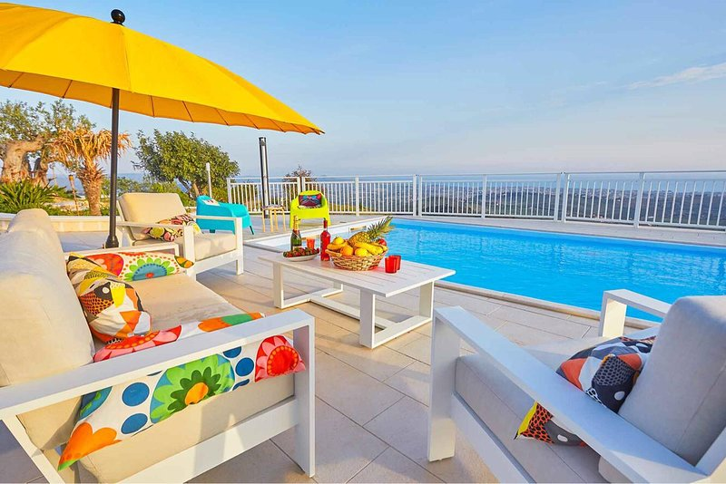 Big villa with swimming-pool & Wifi, holiday rental in Racalmuto