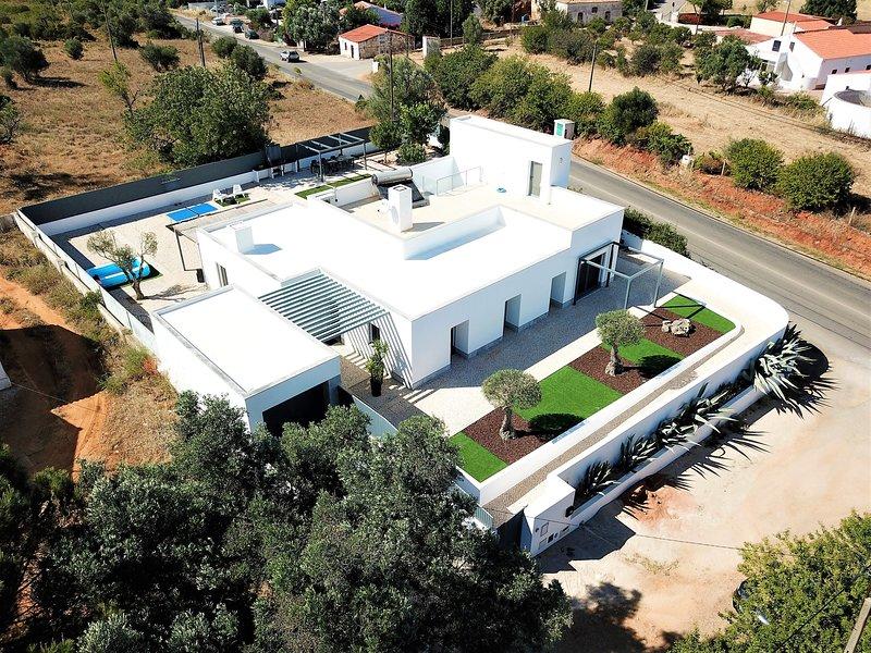 Spacious house with garden & Wifi, vacation rental in Fonte De Louzeiros