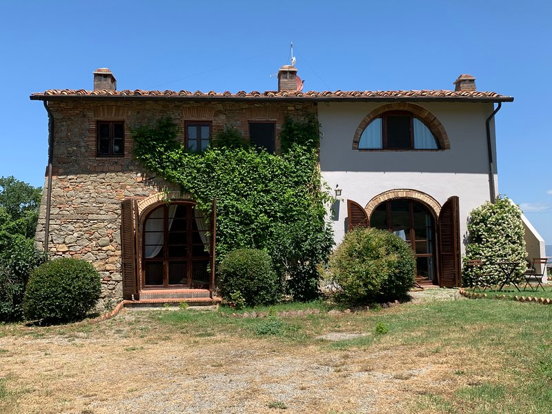 voorzijde van villa met toegang tot keuken en woonkamer. hoofdingang bevindt zich aan de achterkant van de villa.