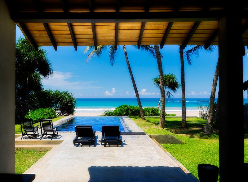 Villananda - Amazing Beachfront Villa With Private Pool, location de vacances à Galle District