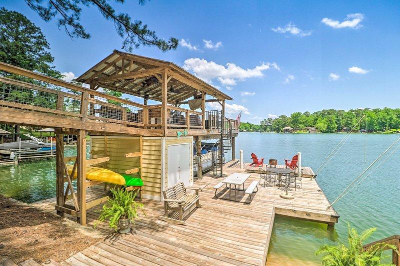Lake Martin Cabin w/ Luxury Dock & Kayaks!, holiday rental in Wetumpka