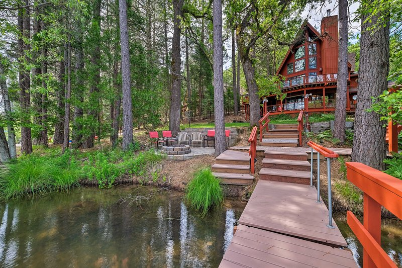 Lake House w/ Pvt. Dock, 30 Mins to Yosemite!, holiday rental in Dogtown