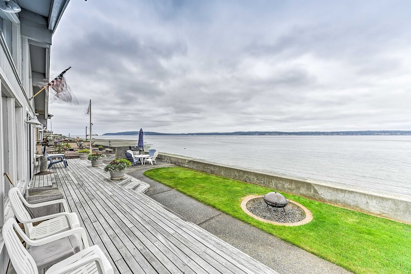 Beachfront Whidbey Island Home + Apartment!, casa vacanza a Langley