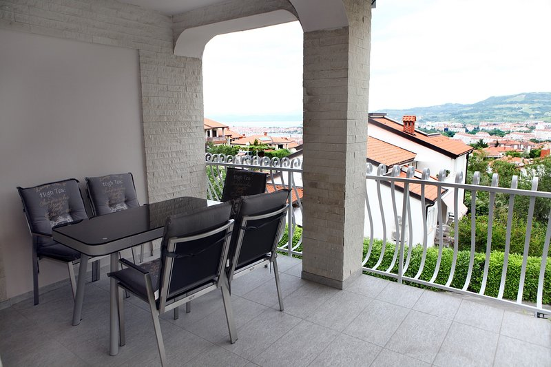 Elegant Three-Bedroom Villa UMA4, vacation rental in Izola
