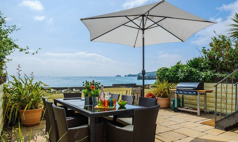 Sea Front Beach House, Sea Views, Direct Access to Beach from Garden, vacation rental in Saundersfoot