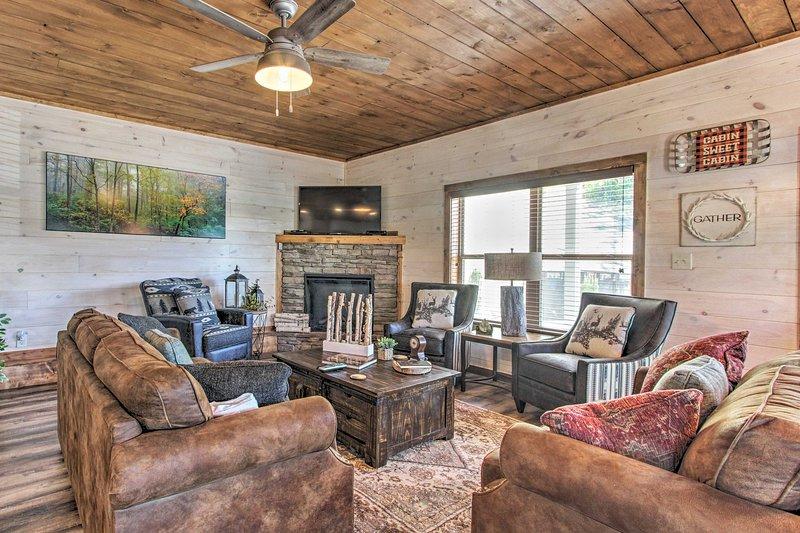 Tus vacaciones en Pigeon Forge te esperan en esta casa ubicada en un entorno forestal.