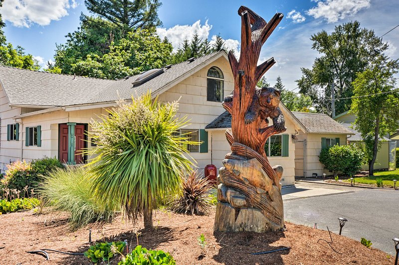 'River House' - Riverfront Home w/ Pool & Yard!, aluguéis de temporada em Rogue River