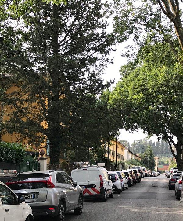 Straße neben dem Haus mit kostenlosen Parkplätzen für Autos