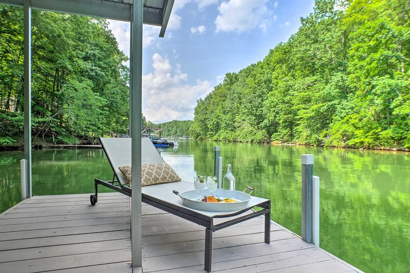 Resort-Style Home on Tims Ford Lake, Steps to Dock, location de vacances à Estill Springs