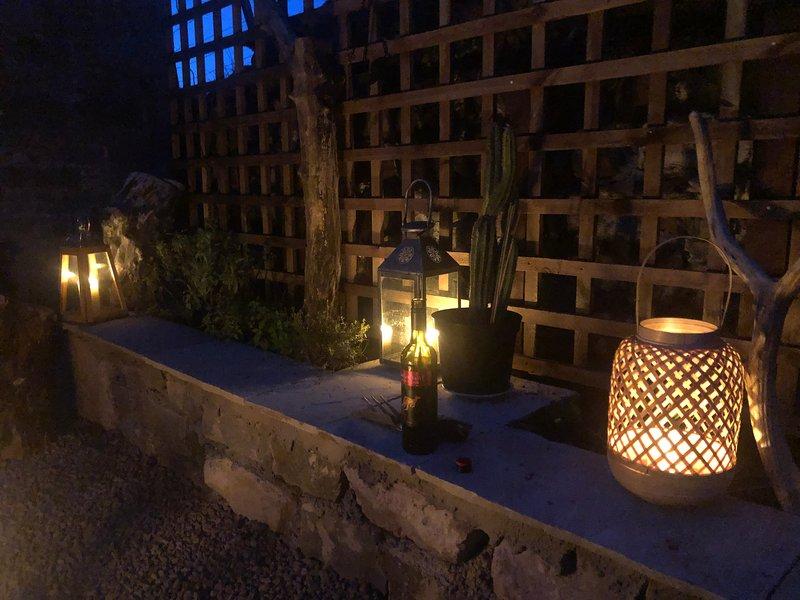 Mirando las estrellas en la terraza a la luz de las velas