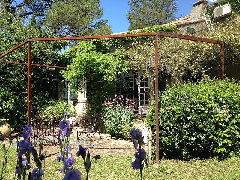Maison de charme , pins centenaires, location de vacances à Caveirac