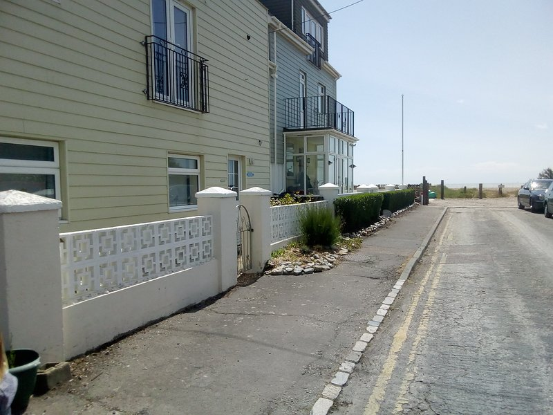 Pebble Place - a 2 bed g/floor apartment being a pebbles throw from the beach!, Ferienwohnung in Pevensey Bay