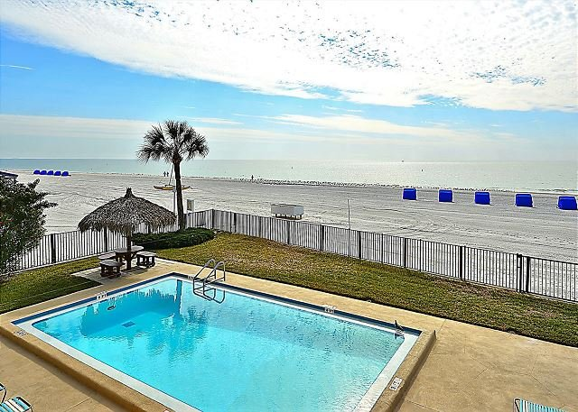 Emerald Isle 103 Directly Beach Front/Remodeled/Tasteful decor/Huge balcony!, location de vacances à North Redington Beach