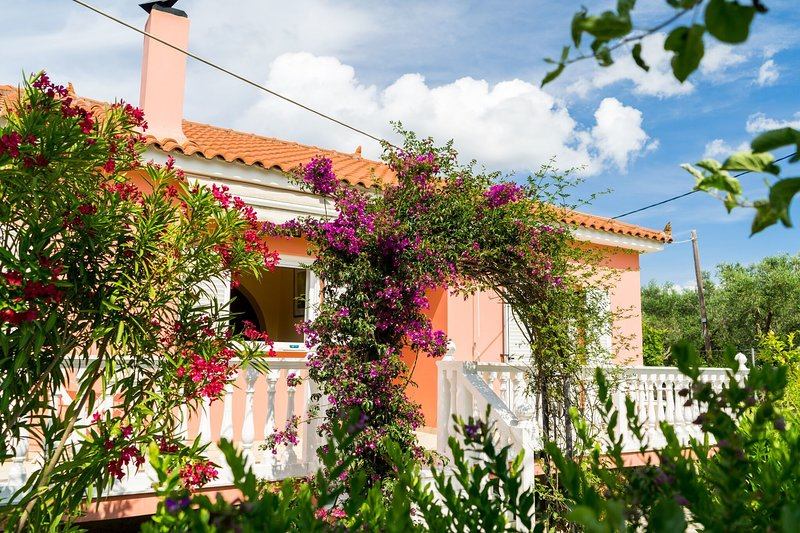 2 bed house with mountain view, holiday rental in Loucha