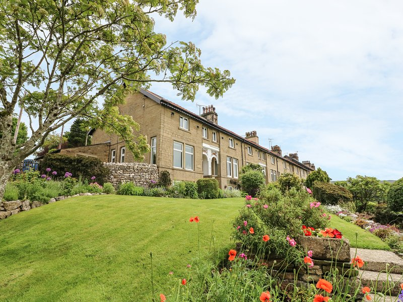 1 BRIDGE END, pet friendly, character holiday cottage, with a garden in, holiday rental in Hebden