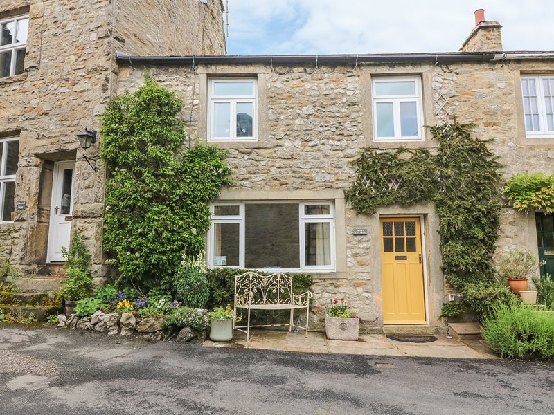 SANDY COTTAGE, pet friendly, luxury holiday cottage, with a garden in Linton, holiday rental in Hebden