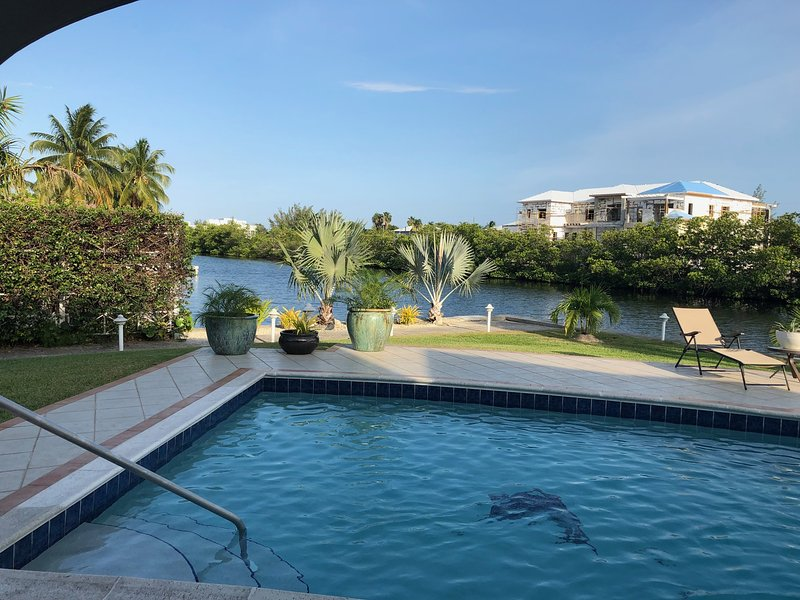 Seven Mile Private Canal Waterfront Home, vacation rental in Seven Mile Beach