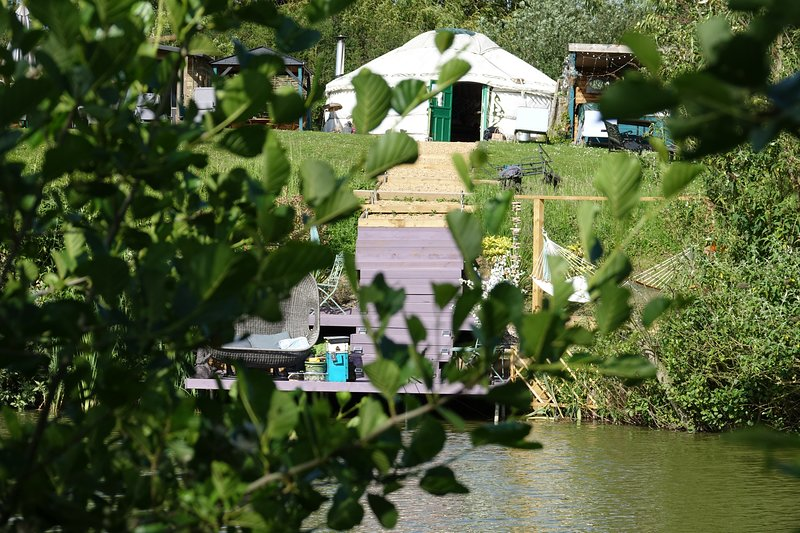 Bluebell Yurt with private Hot Tub bathroom and kitchen over looking Lily Lake, Ferienwohnung in Maldon