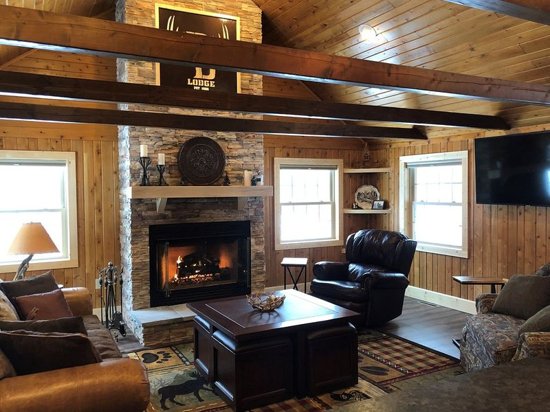 Private lodge on150 acres, centrally located to explore UP, holiday rental in Little Lake