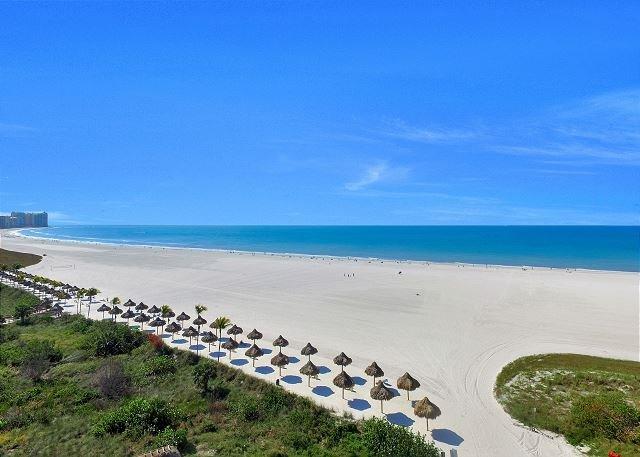 Sun-brightened beachfront condo w/ heated pool & southwest-facing balcony, location de vacances à Goodland