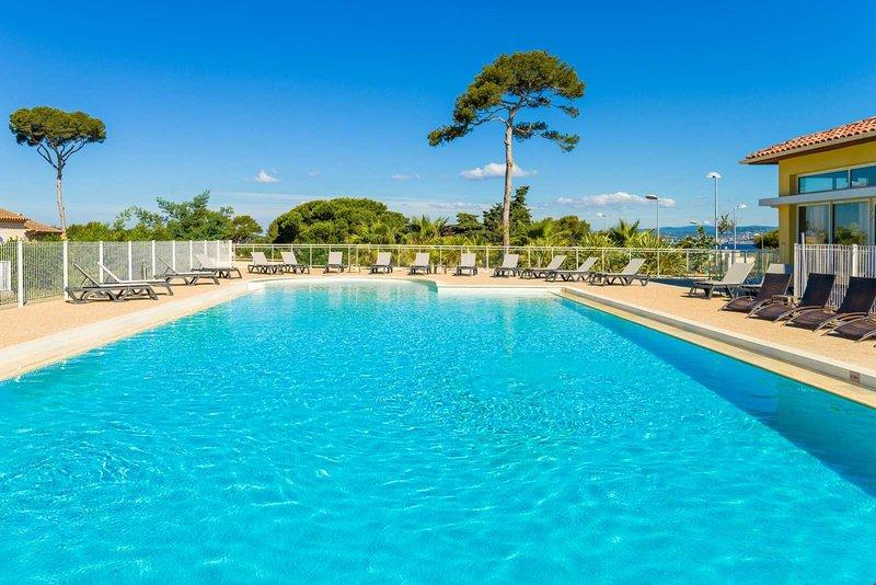 Sumérgete en la encantadora piscina al aire libre de temporada.