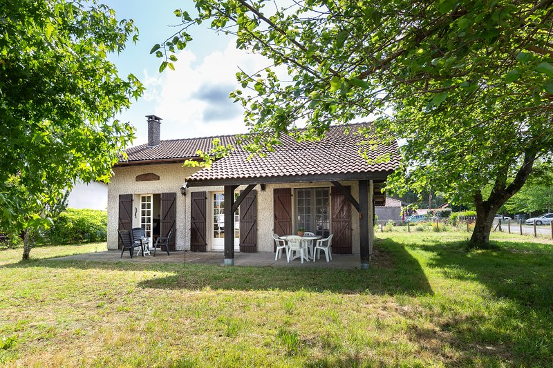 Country house with large garden, close to center, Ferienwohnung in Saint-Michel-Escalus