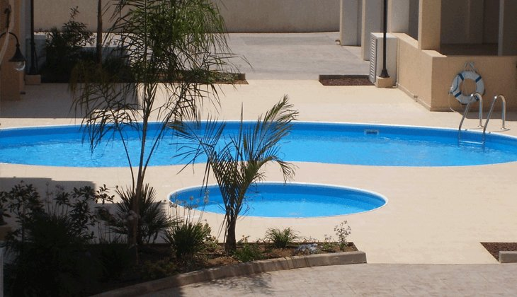 Paphos Two bedroom apartment with pool and WiFi close to amenities, holiday rental in Khlorakas