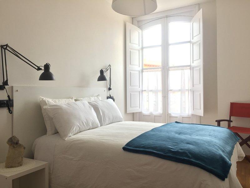 Camera esterna con letto matrimoniale, biancheria, armadio ...