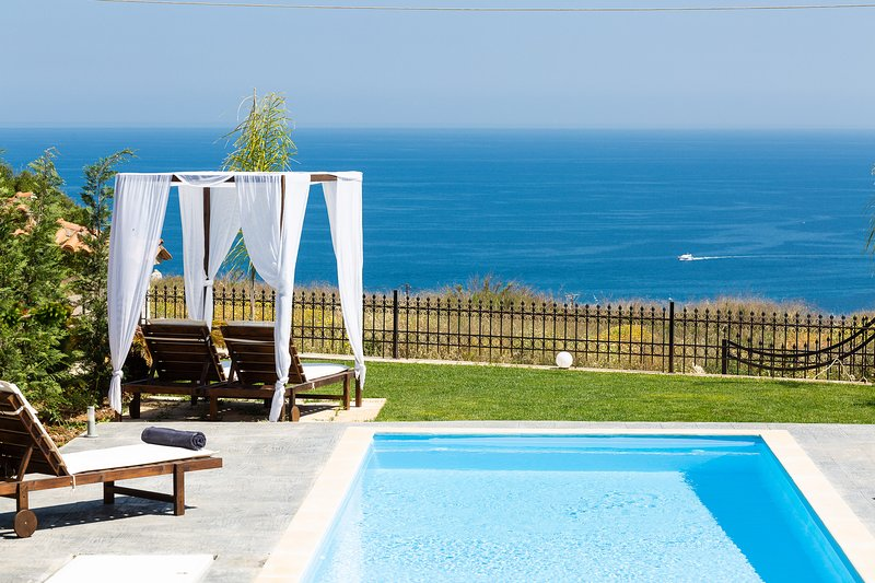 Villa Argento, Panoramic sea views, Close to Rethymno city, beach and shops!, location de vacances à Crète