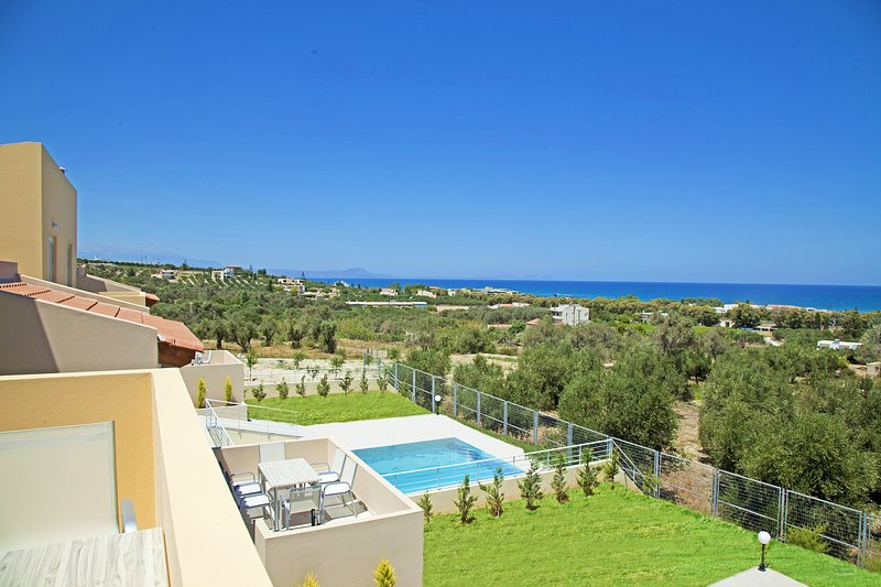 Yannis1 Private pool, Sea View, Next to amenities, holiday rental in Adelianos Kampos