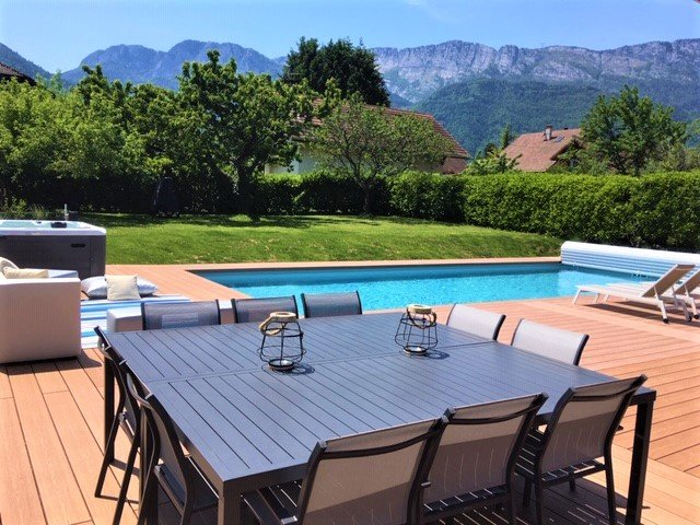 Gran piscina climatizada de 12 x 5m ideal para deporte y ocio. Hermosa terraza, vistas a la montaña.