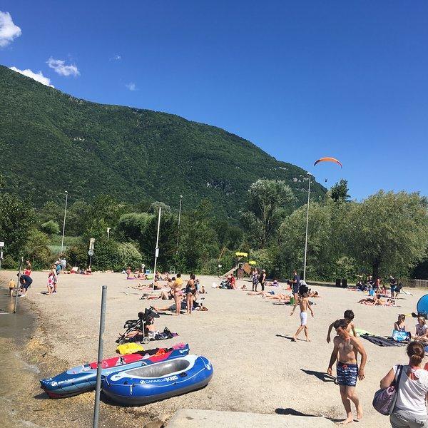 Playa de arena en Doussard con socorristas, clases de natación en el lago disponibles