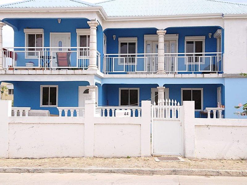 Spacious house with balcony & Wifi, aluguéis de temporada em Quartier D'Orleans