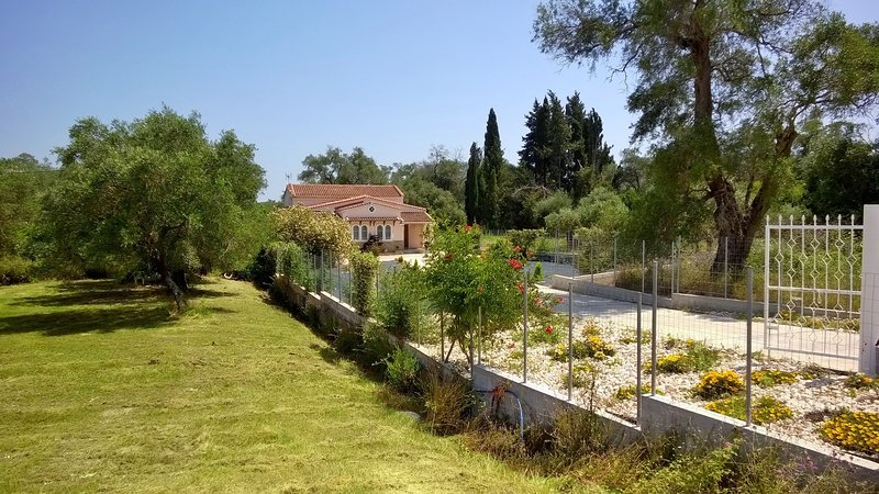 Fabulous Villa X 6 - 8 in a green surrounding on Corfu island, vacation rental in Lefkimi