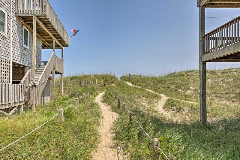 Camine hasta la playa cercana y camine a lo largo de la costa por millas.