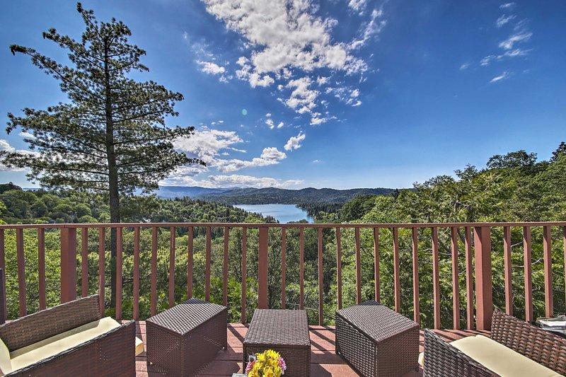 Genießen Sie die Aussicht an jedem Tag Ihres Aufenthalts in dieser Hütte in Lake Arrowhead.
