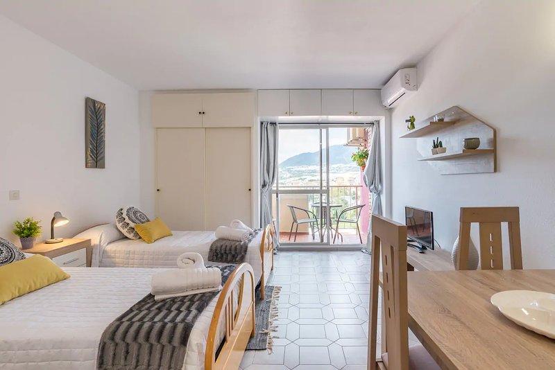 Acogedor Apartamento con vistas al mar y piscina, alquiler vacacional en El Arroyo de la Miel