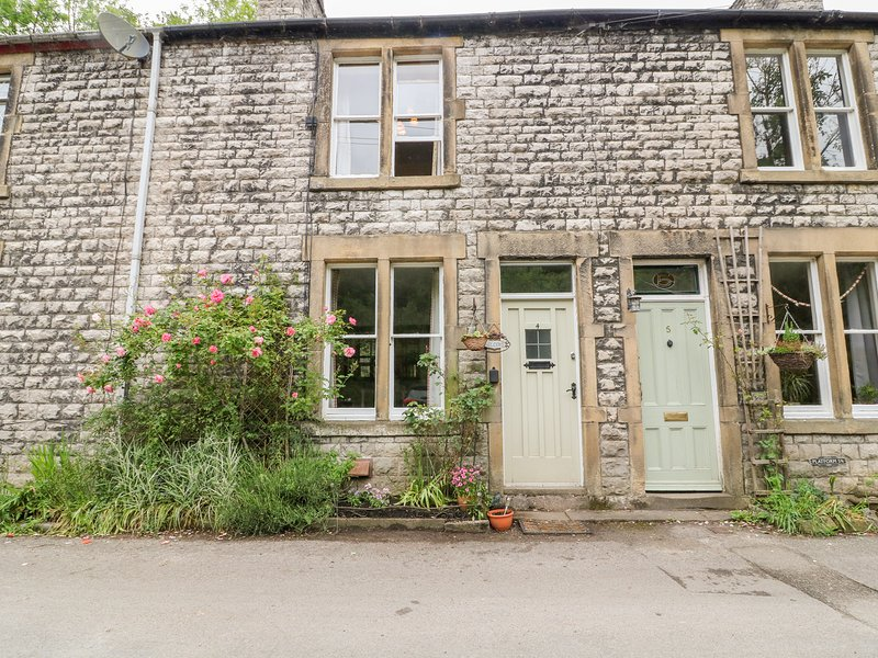 RIVERBANK COTTAGE, terraced cottage with open fire, WiFi, king-size bed, river, vacation rental in Litton Mill