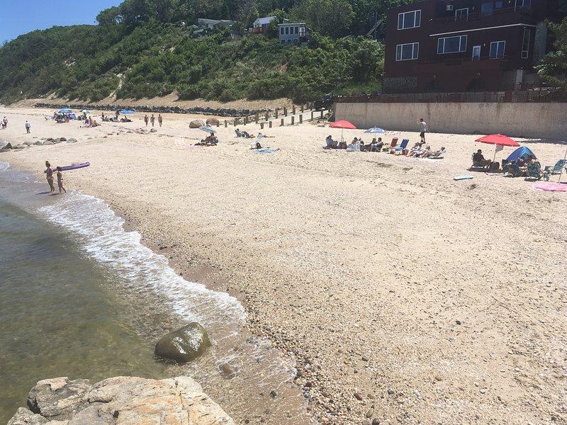 Solo casa sulla spiaggia nella zona con vista sull'oceano e attività in spiaggia.