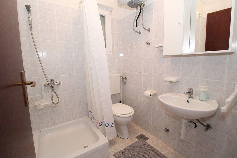 A2-prizemlje(2+2): bathroom with toilet